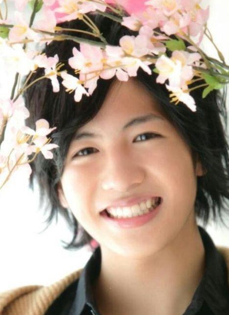 志尊淳くんが花を頭に飾ってる画像
